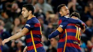 GRA321. BARCELONA, 28/02/2016.- El delantero del FC Barcelona Neymar (c) felicita a Leo Messi (d) tras marcar ante el Sevilla, durante el partido de Liga en Primera División que están disputando esta noche en el Camp Nou, en Barcelona. EFE/Alejandro García